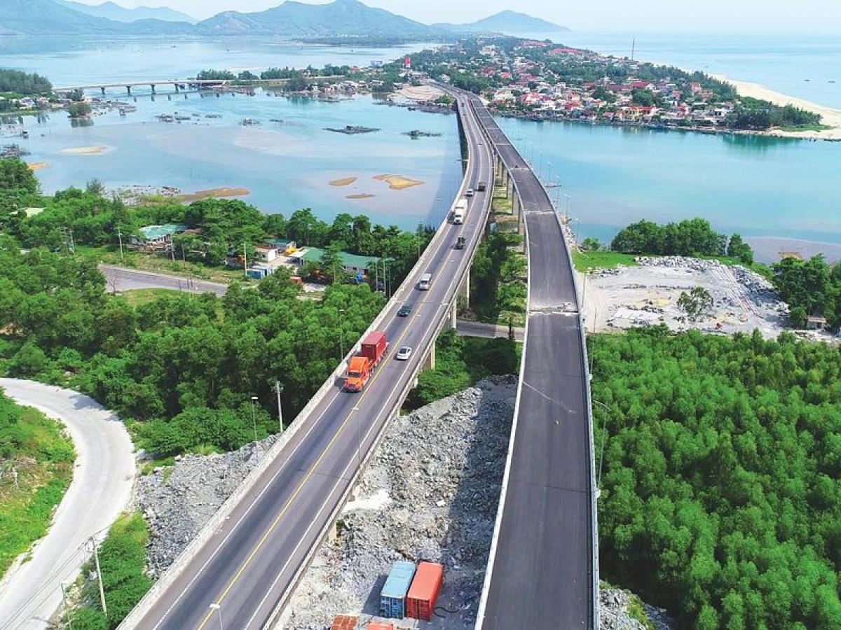 Đường dẫn phía Bắc (địa phận Thừa Thiên Huế) đi kèm hạng mục cầu qua đầm Lập An thuộc Dự án mở rộng ống hầm Hải Vân 2 đang hiện thực hóa nhiều quy hoạch đô thị, du lịch.