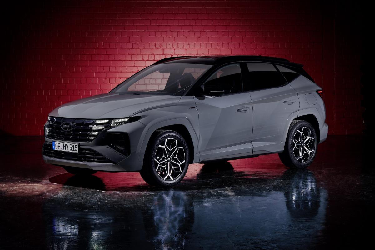 Ngay từ ngoại thất, Hyundai đã mang đến nhiều sự thay đổi để khiến xe khác biệt so với các phiên bản tiêu chuẩn. Ở đầu xe, lưới tản nhiệt được thiết kế rộng và cao hơn phiên bản tiêu chuẩn. Ngoài ra, các miếng ốp mạ crom của chi tiết này được tạo hình các cạnh kiểu mới, mang đến khả năng phản chiếu ánh sáng khác nhau tùy vào góc nhìn.