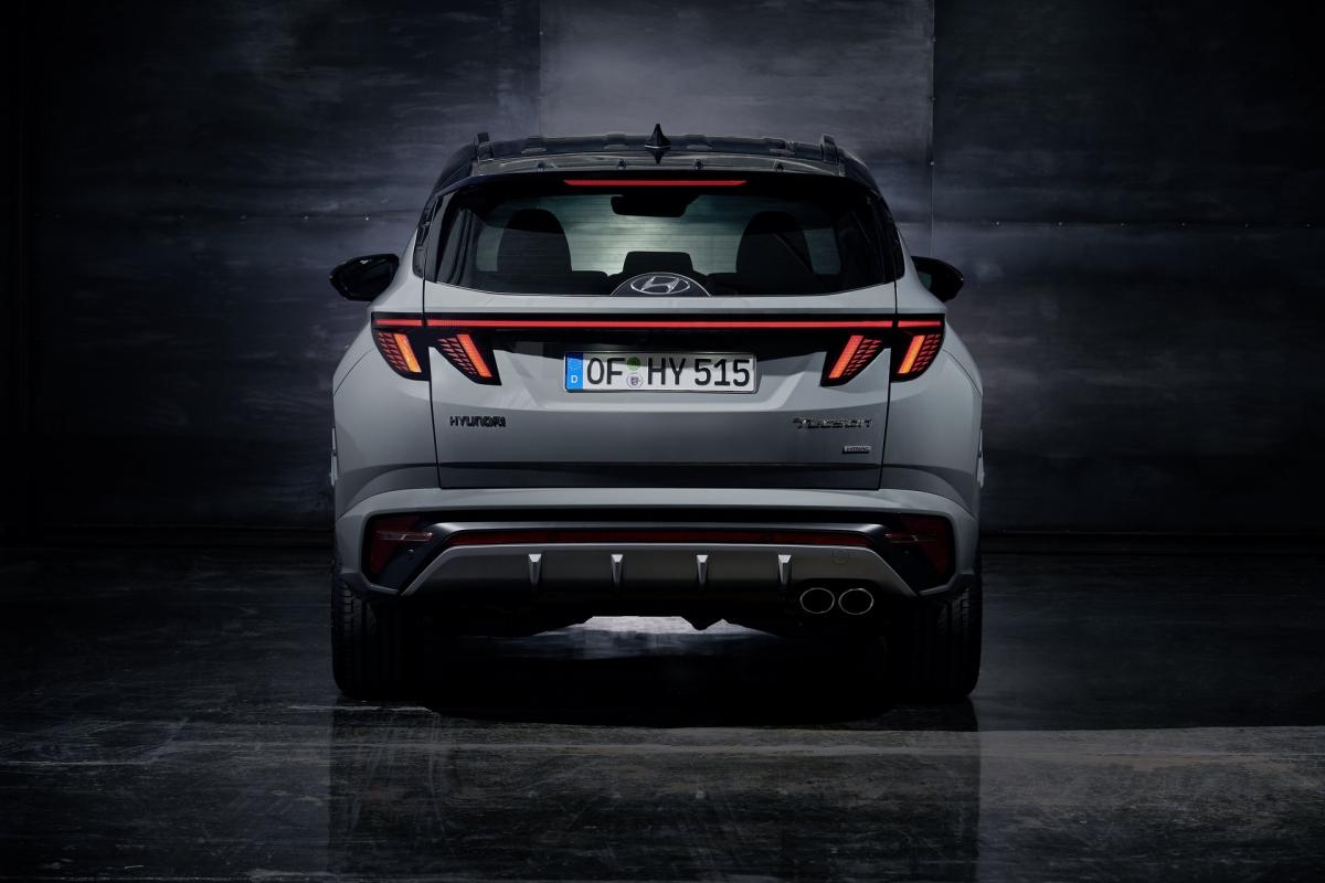 Hyundai Tucson N Line vẫn sẽ được trang bị công nghệ lái E-Handling nhằm cải thiện sự nhanh nhẹn của xe. Hệ thống dẫn động bốn bánh toàn thời gian sẽ có mặt trên tất cả các phiên bản, ba chế độ lái mới là Mud, Sand và Snow được thêm vào bên cạnh các chế độ cũ như Eco, Comfort, Smart và Sport.