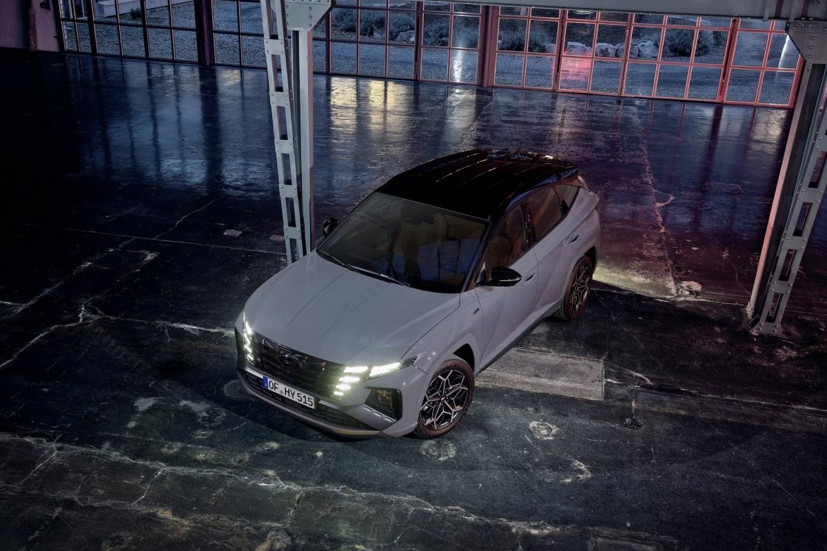 Vòng ra bên hông, Hyundai Tucson N Line có các miếng ốp vòm bánh xe và ốp gầm được sơn đồng màu sơn chính. Viền cửa sổ, ốp gương và mui xe được sơn tương phản với màu đen (Phantom Black). Xe được trang bị bộ mâm bằng nhôm có kích thước 19 inch, sơn đen phay bề mặt với các họa tiết tương tự như lưới tản nhiệt phía trước.