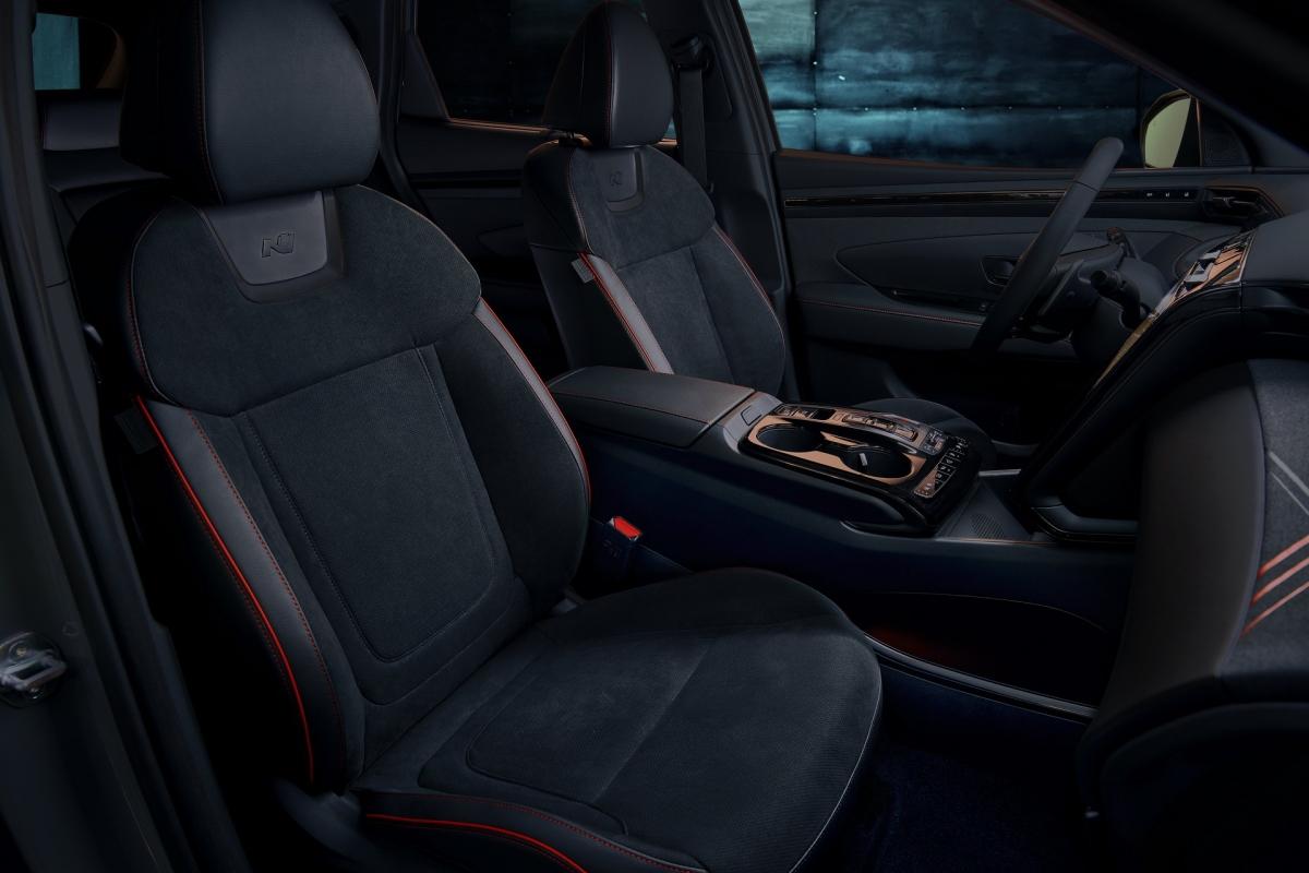 Các phiên bản của Hyundai Tucson N Line đều được trang bị công nghệ kết nối Apple CarPlay và Android Auto, kết nối Bluetooth cùng lúc hai thiết bị. Một ứng dụng đặc biệt cũng được cung cấp với khả năng khóa, mở khóa, đề máy, bật điều hòa thông qua kết nối NFC và có thể hoạt động ở bán kính lên đến gần 30 mét.