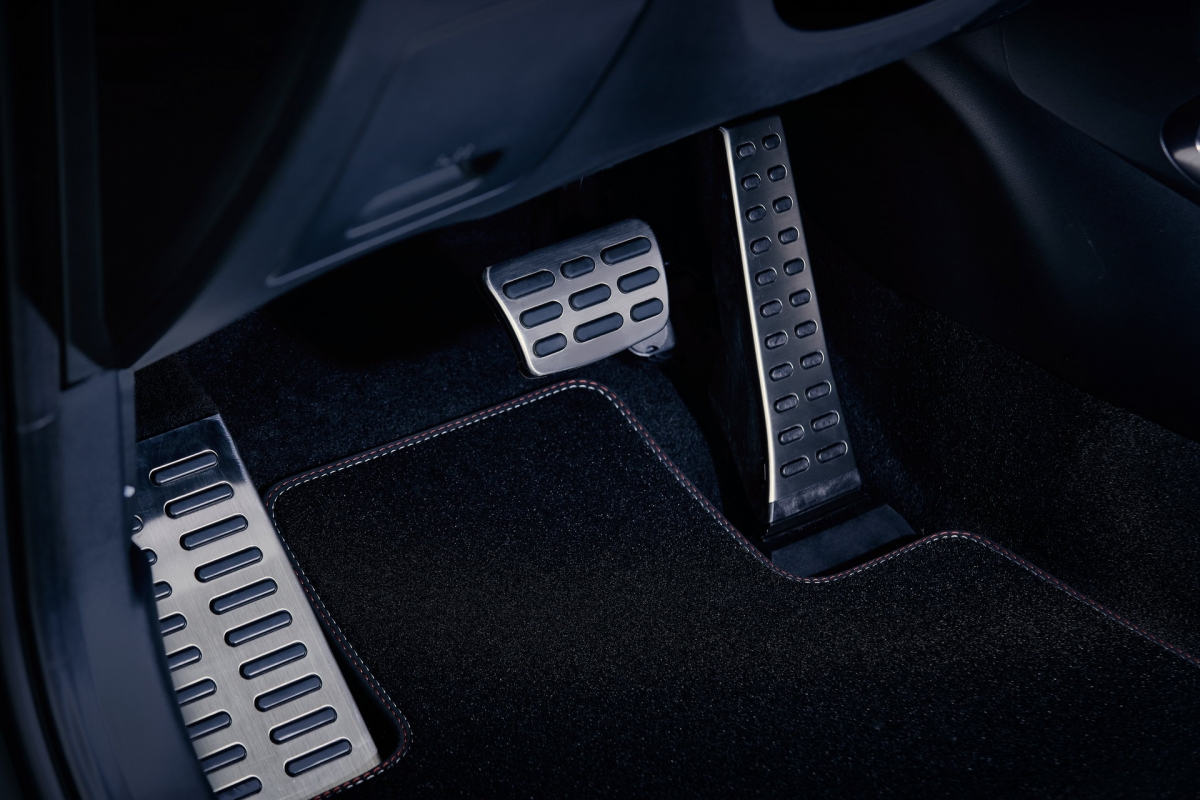 Bản tiêu chuẩn sẽ là sử dụng hoàn toàn động cơ này, bản cao hơn sử dụng kết hợp cùng hệ dẫn động mild-hybrid 48V, tạo công suất tối đa 180 mã lực. Bản động cơ hybrid có công suất cực đại 230 mã lực trong khi bản cao nhất được trang bị kèm hệ thống lai điện cắm sạc, tạo công suất ở mức 265 mã lực.