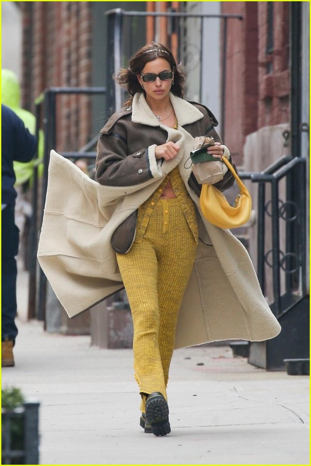 """Irina Shayk trở thành """"tâm điểm"""" của sự chú ý khi sải bước trên phố ở New York ngày 22/1 vừa qua, theo giờ địa phương."""