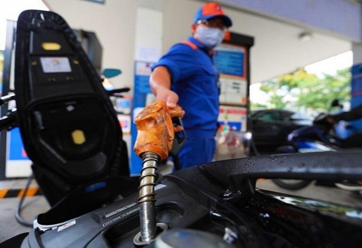 Xăng dầu đồng loạt tăng giá, cao nhất tăng gần 400 đồng/lít (Ảnh minh họa: KT)