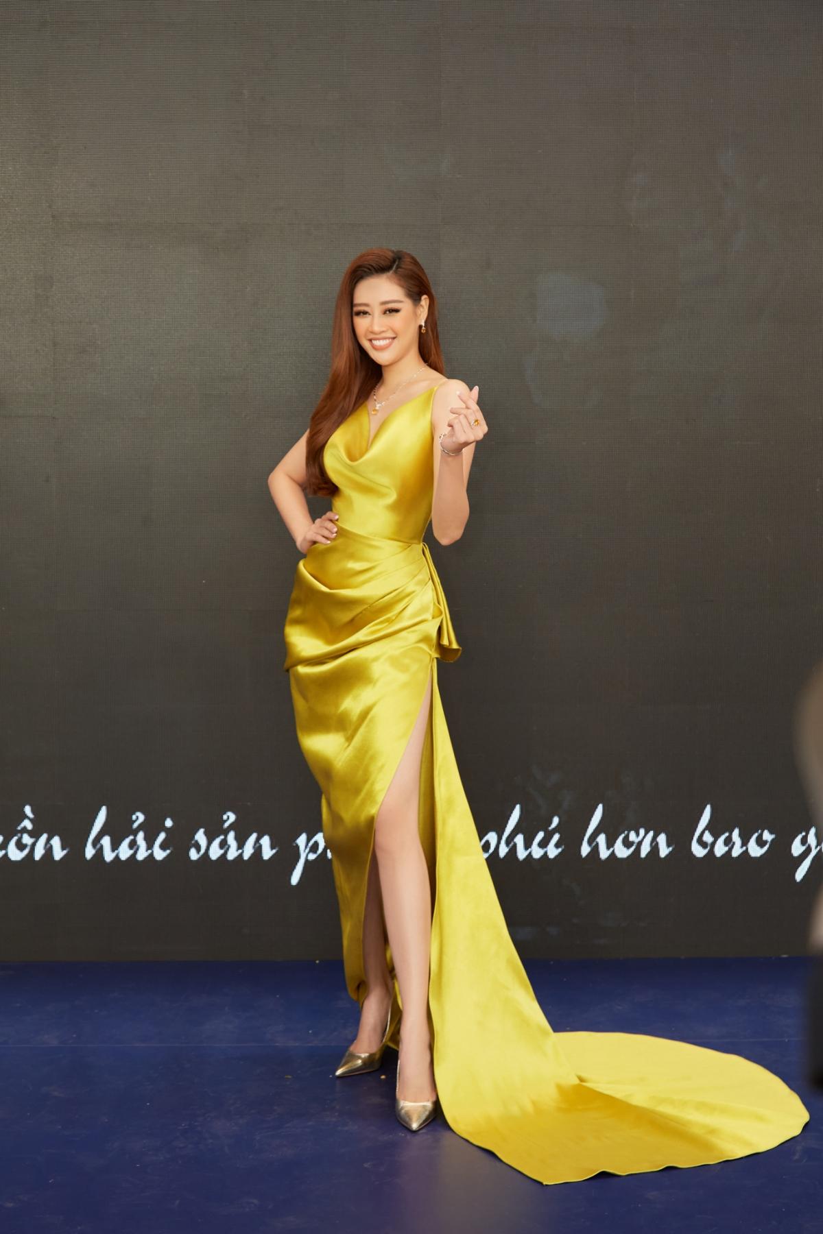 Trong một sự kiện gần đây, Hoa hậu Khánh Vân thu hút sự chú ý với nhan sắc rạng rỡ trong chiếc đầm vàng khoe dáng gợi cảm.