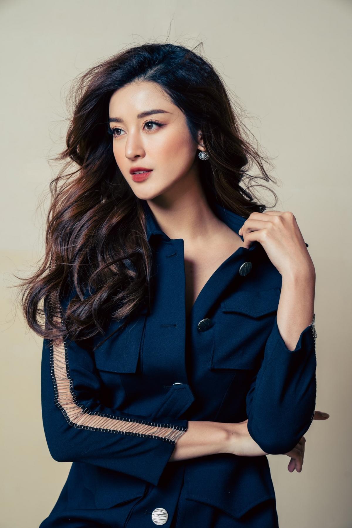Trước khi chính thức công bố bộ ảnh thời trang này, Huyền My đã nhá hàng một tấm ảnh với bốn biểu cảm khác nhau trên facebook cá nhân của cô và nhận được rất nhiều lời khen ngợi của bạn bè.