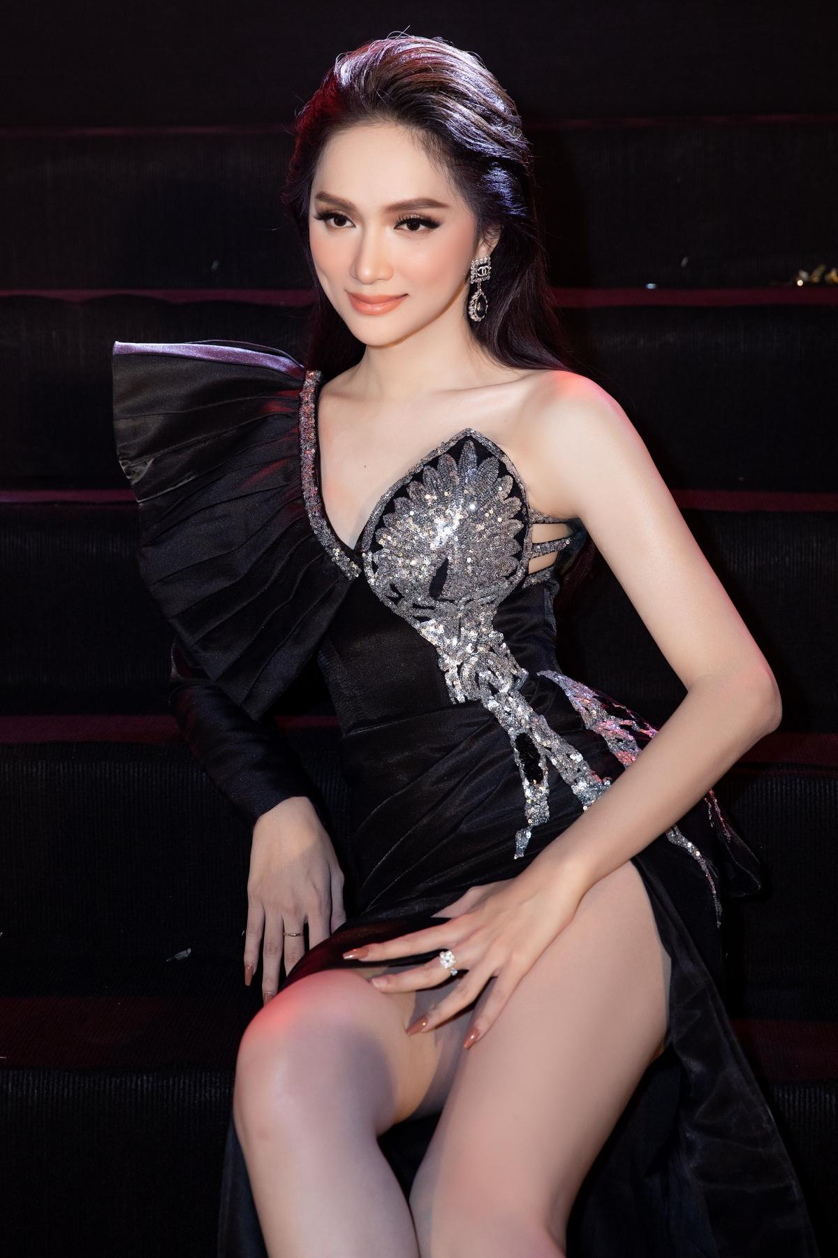 Chiếc váy được NTK Tuyết Lê làm riêng cho Hoa hậu Hương Giang.