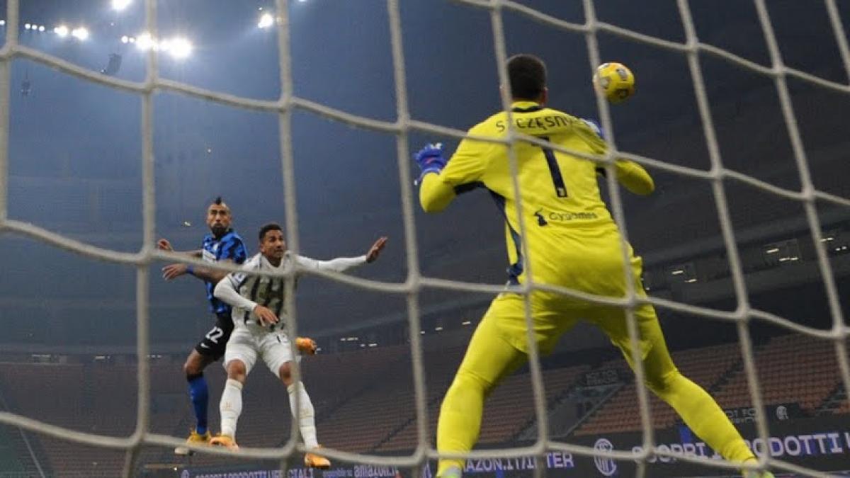 Vidal đánh đầu tung lưới đội bóng cũ. (Ảnh: Reuters)