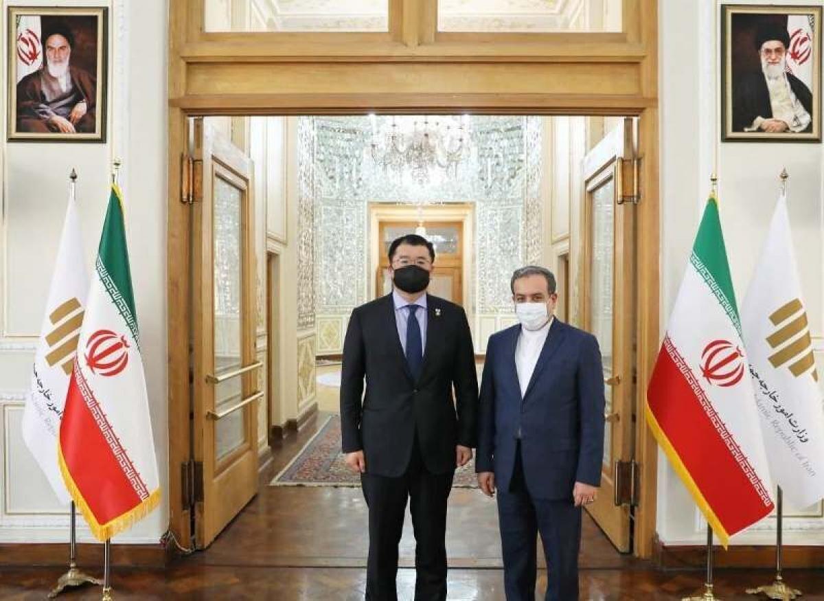 Thứ trưởng Ngoại giao Iran Abbas Araghchi (phải) và người đồng cấp Hàn Quốc Choi Jong-kun tại thủ đô Tehran hôm 10/1. Ảnh: IRNA