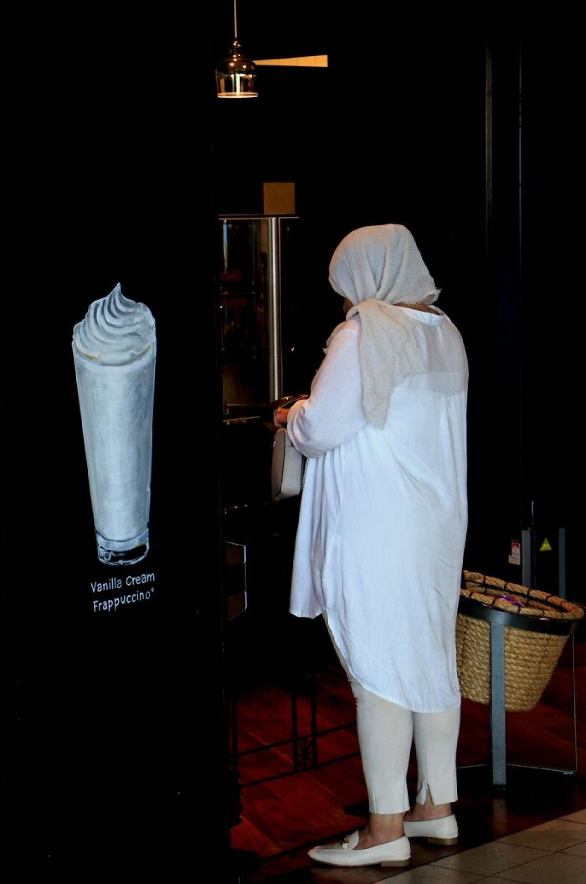 Bộ trang phục lấy cảm hứng từ ly Vanilla Cream Frappuccino chăng?