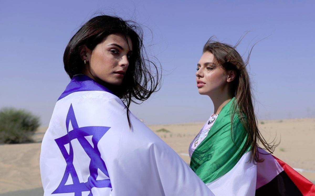 Cô gái Israel và UAE khoác cờ của nước mình đứng bên cạnh nhau. Ảnh: AP.