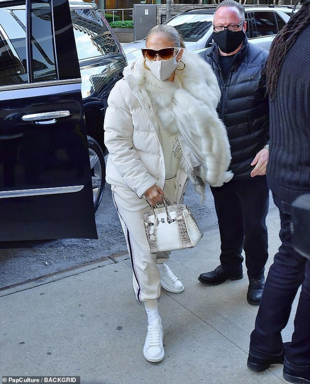 Jennifer Lopez vui vẻ ra phố ở Manhattan vừa qua.