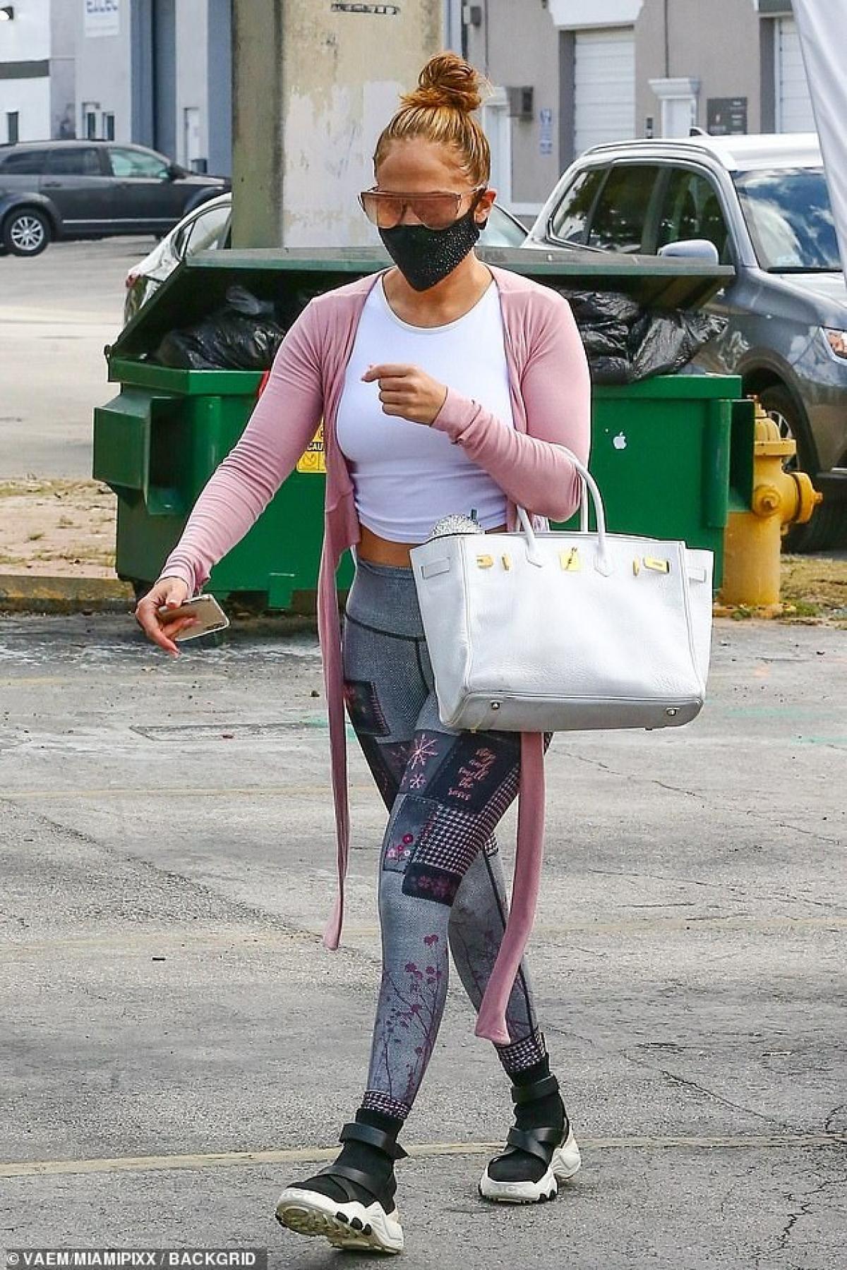 Jennifer Lopez gây chú ý khi một mình đi tập gym ở Miami dịp cuối tuần.