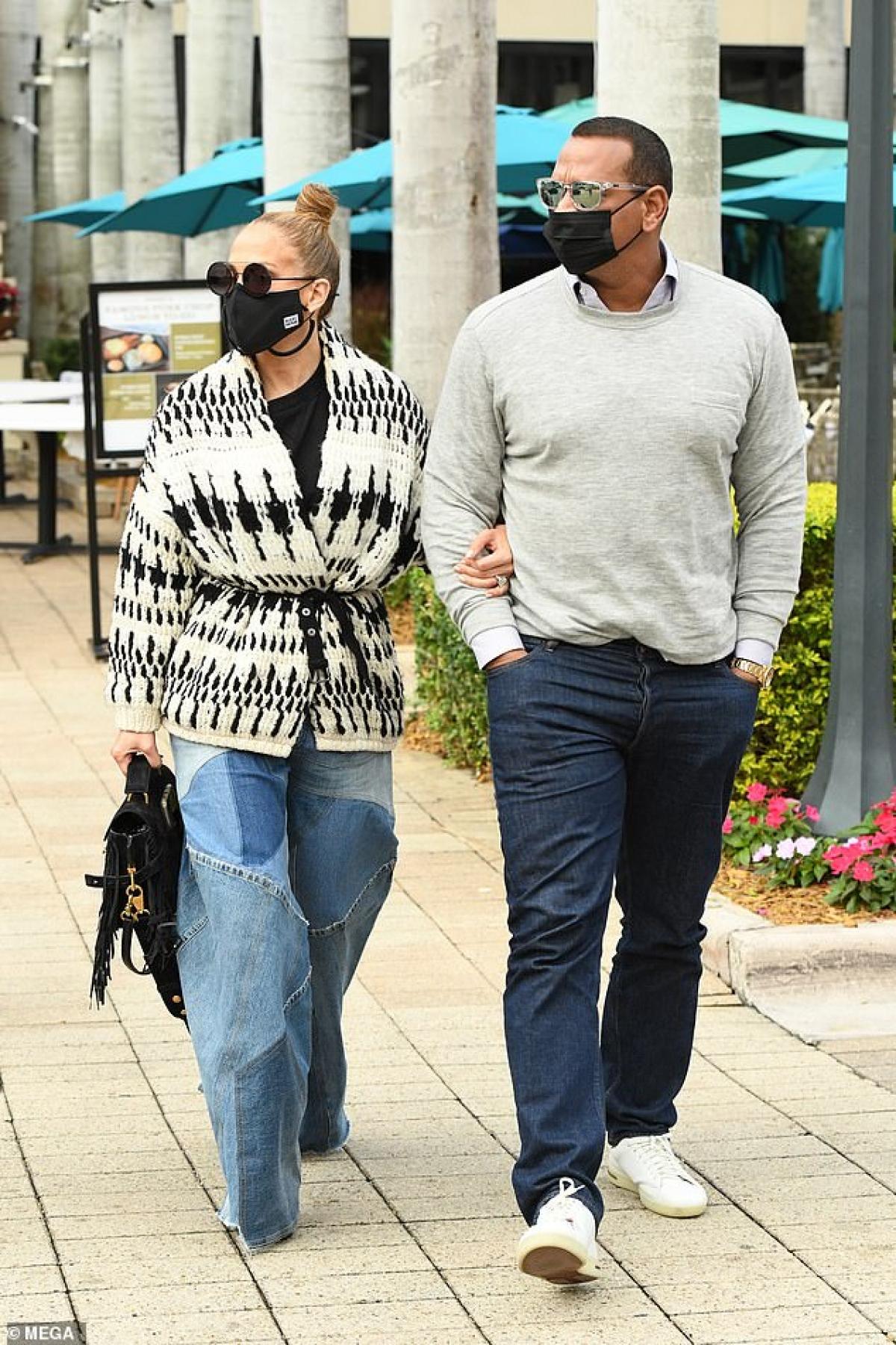 Jennifer Lopez hào hứng đi dạo cùng bạn trai Alex Rodriguez ở Miami vừa qua.