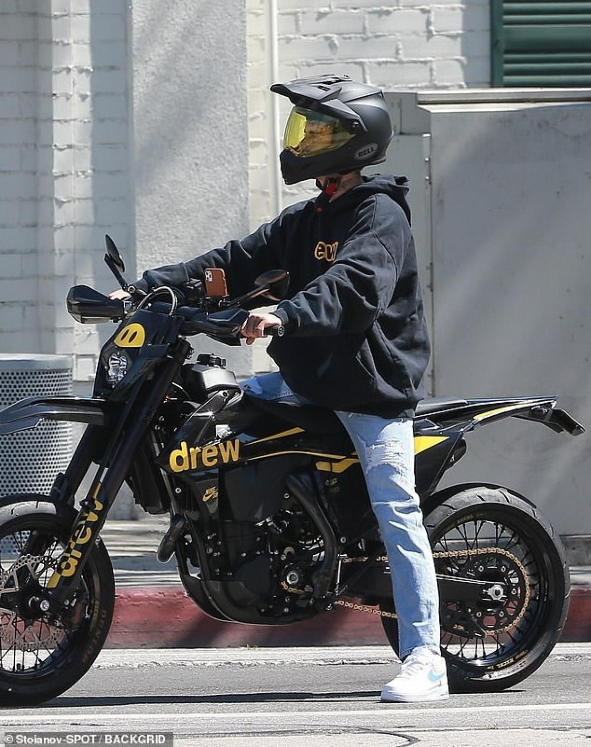 Nam ca sĩ 27 tuổi mặc đồ giản dị, đội mũ bảo hiểm cẩn thận, thu hút mọi ánh nhìn.