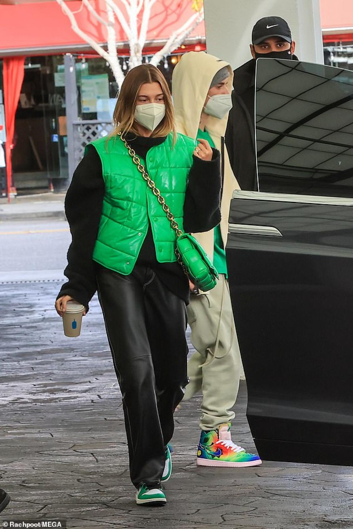 Trong cuộc phỏng vấn với chương trình The Ellen DeGeneres Show phát sóng trên truyền hình Mỹ hồi cuối năm ngoái, Justin Bieber cho biết, Hailey Bieber không muốn chồng có thêm hình xăm và anh để trống một phần ở lưng để xăm hình xăm dành cho con của mình.