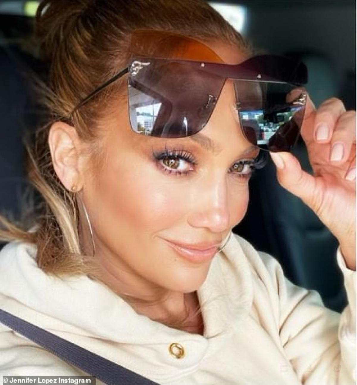 Jennifer Lopez cho biết, cô thực hiện chế độ ăn uống khoa học và tập thể thao nghiêm ngặt để giữ dáng.