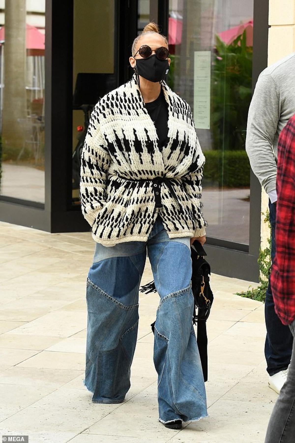 Nữ ca sĩ diện áo cardigan và quần jeans suông phong cách.