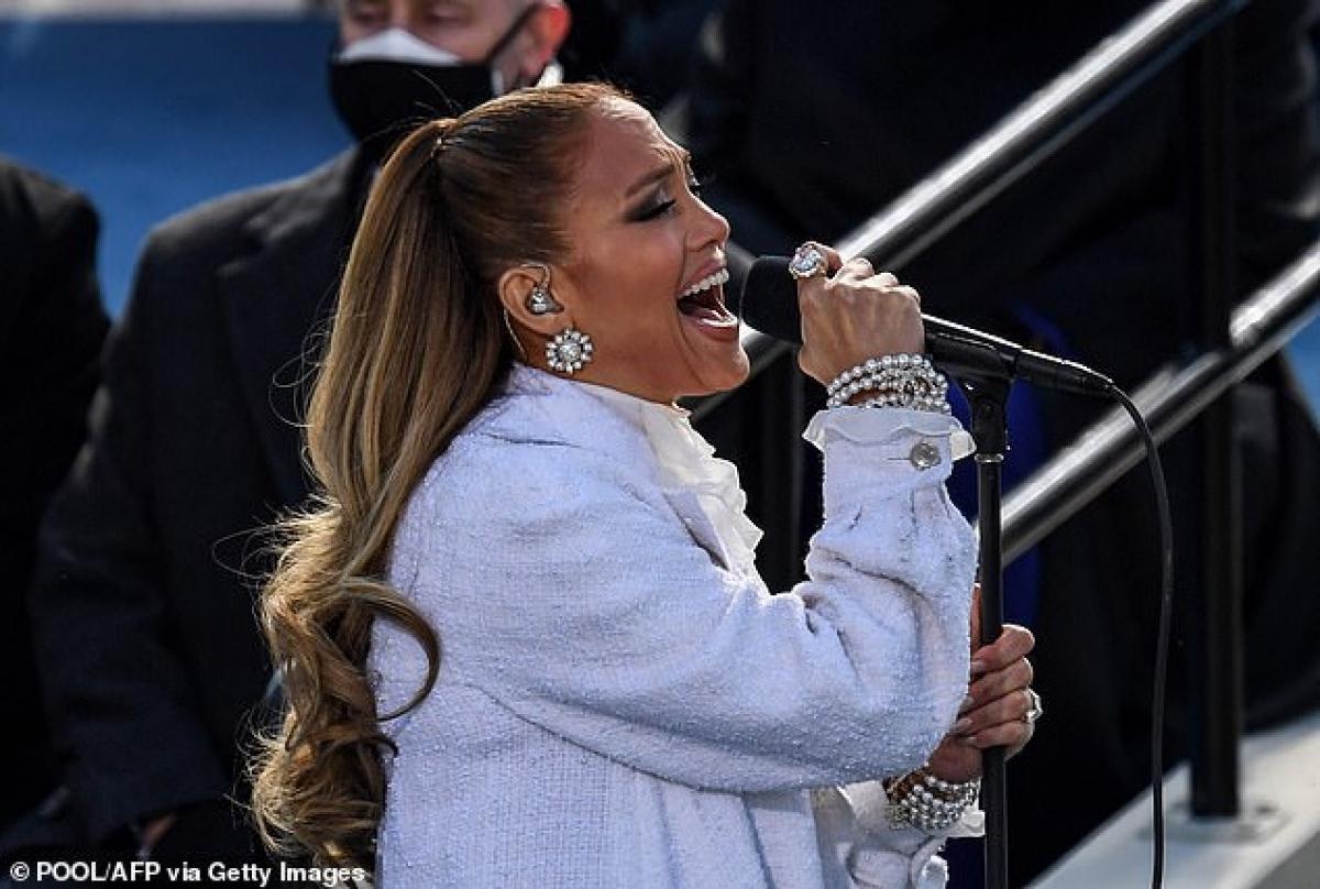 """Jennifer Lopez hát bài """"This Land Is Your Land"""" của nhạc sĩ Woody Guthrie sáng tác năm 1940. Cô cũng chèn một câu trong bản hit """"Let's Get Loud"""" vào cuối bài hát để thêm sôi động."""