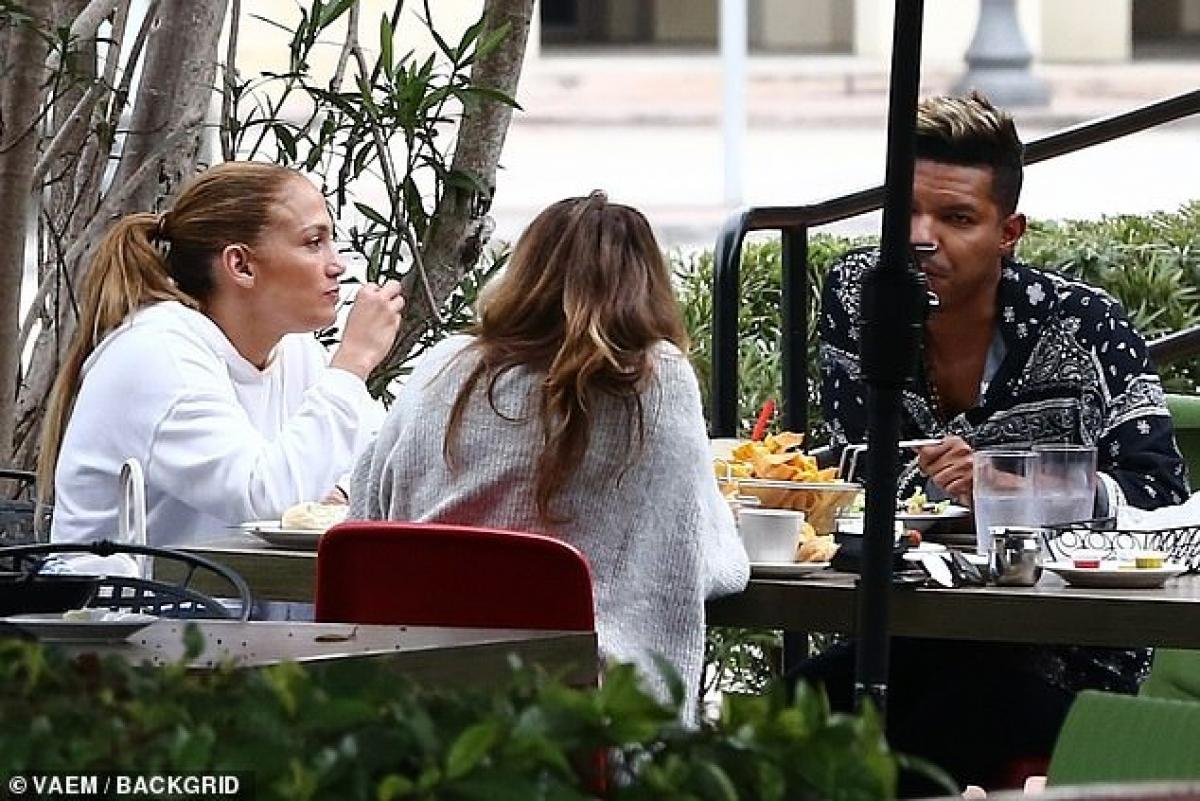 Trong cuộc phỏng vấn cách đây không lâu trên Cosmopolitan, Jennifer Lopez cho biết, cô và hôn phu Alex Rodriguez đã quyết định hủy bỏ hôn lễ do dịch Covid-19.