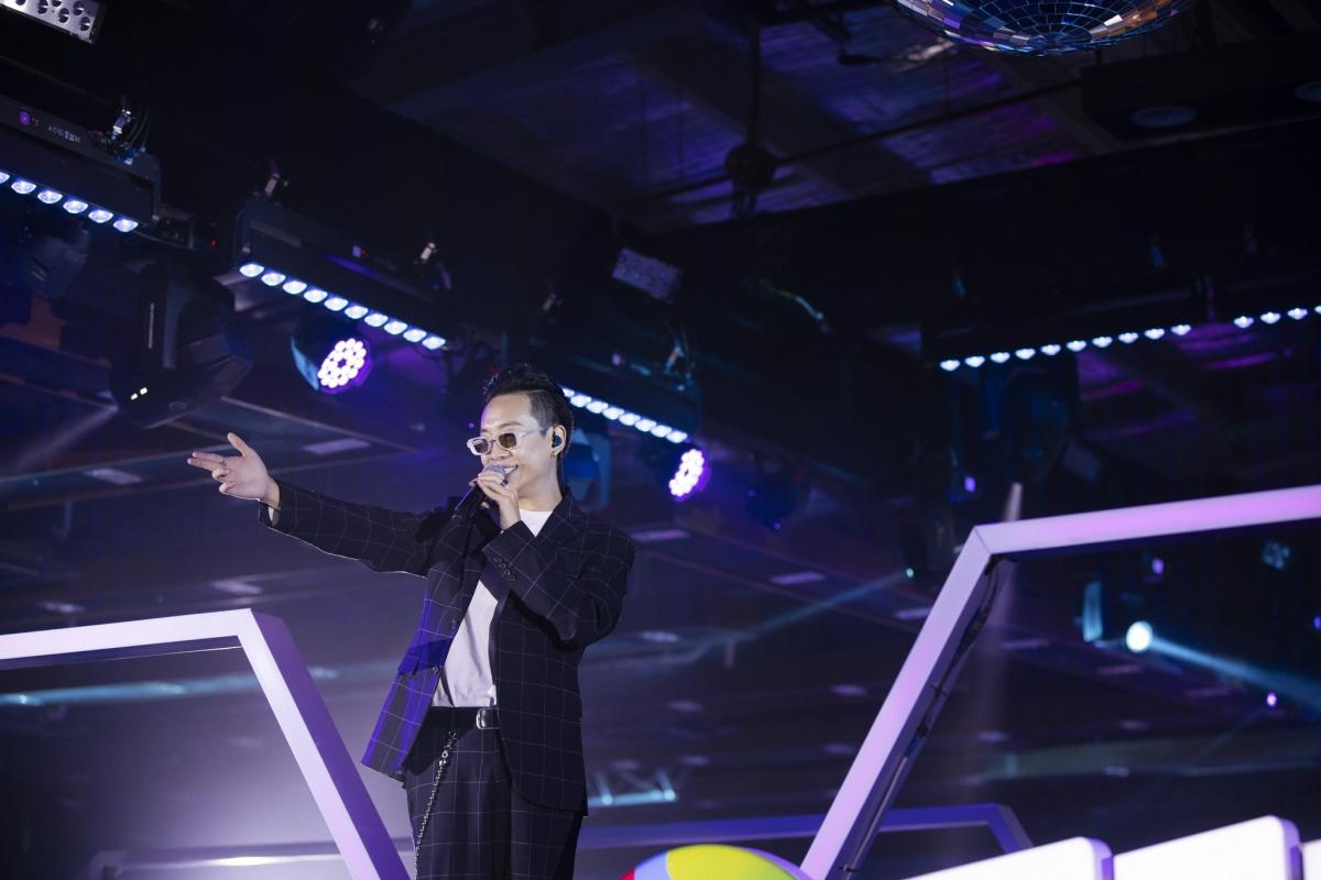 """Sau Karik, JustaTee cũng gửi đến khán giả tại Stars By Night Party 3 ca khúc """"Thằng điên"""" """"Đã lỡ yêu em nhiều"""" và """"Forever alone""""."""