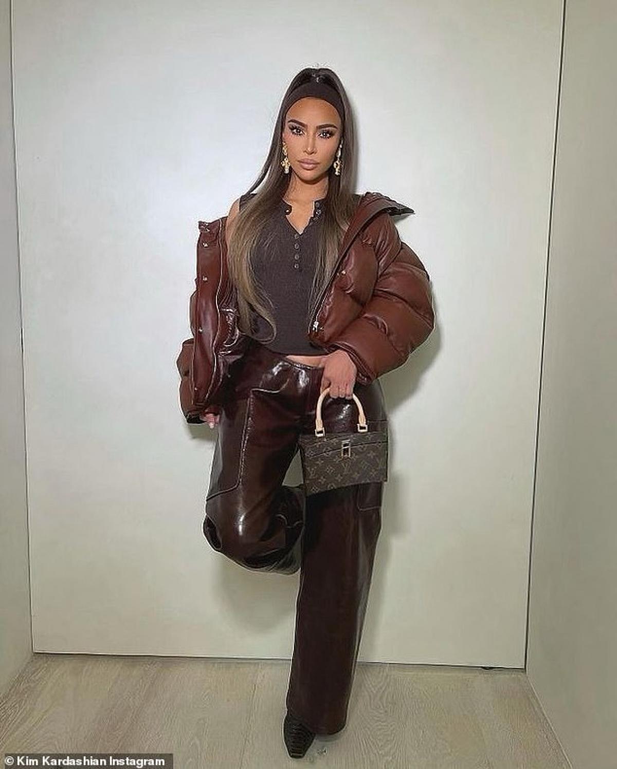 Kim Kardashian vừa khoe loạt ảnh phong cách lên trang Instagram cá nhân.
