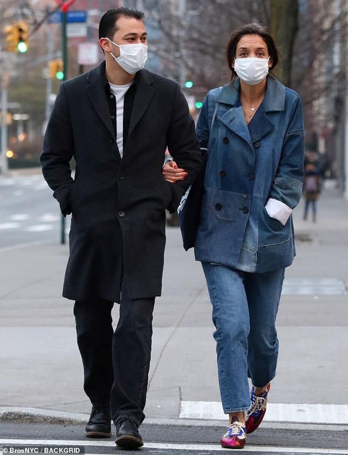 Katie Holmes vui vẻ khoác tay bạn trai Emilio Vitolo Jr đi chơi ở New York hôm 14/1 vừa qua.