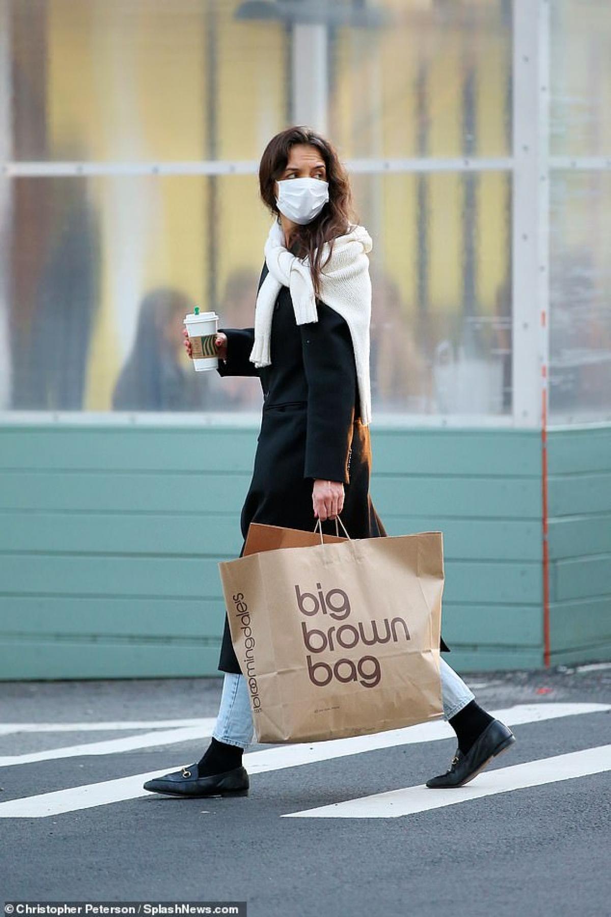 Katie Holmes một mình đi mua sắm ở New York vừa qua.