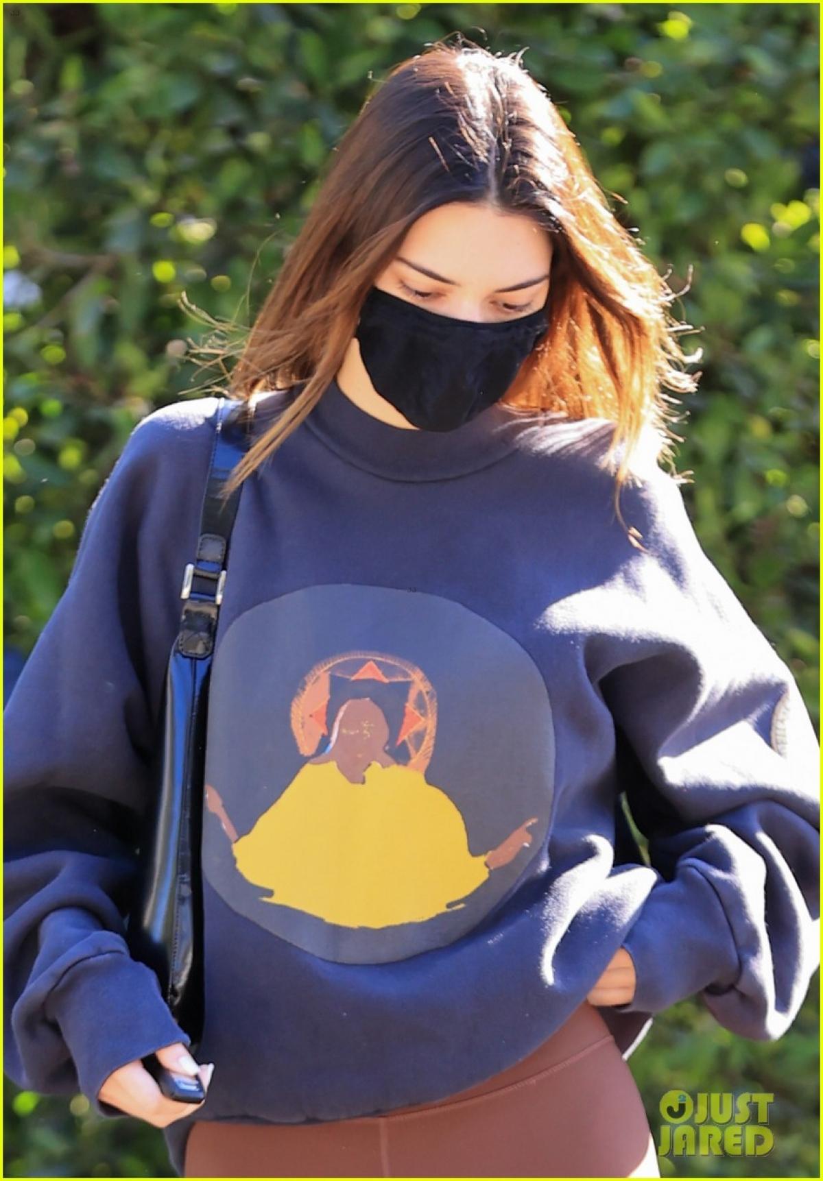 Kendall Jenner hào hứng đến thăm nhà một người bạn ở Los Angeles.
