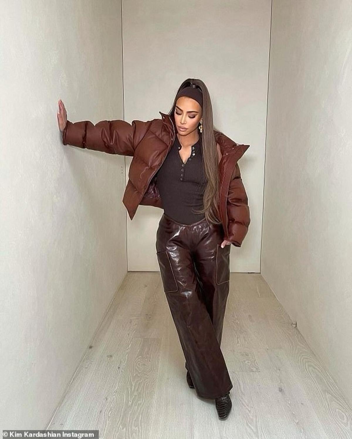 """Cô Kim """"siêu vòng ba"""" diện áo khoác phao và quần da bóng sành điệu."""
