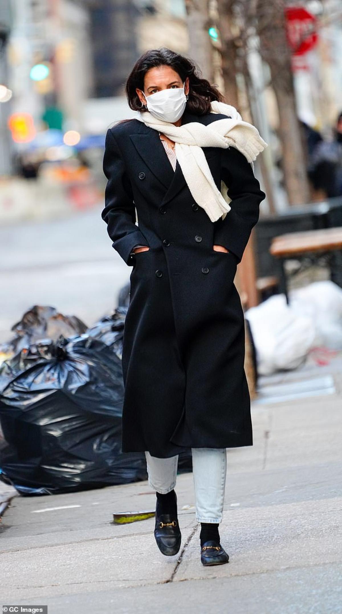 Nữ diễn viên 42 tuổi diện áo khoác dáng dài và quần jeans khỏe khoắn.
