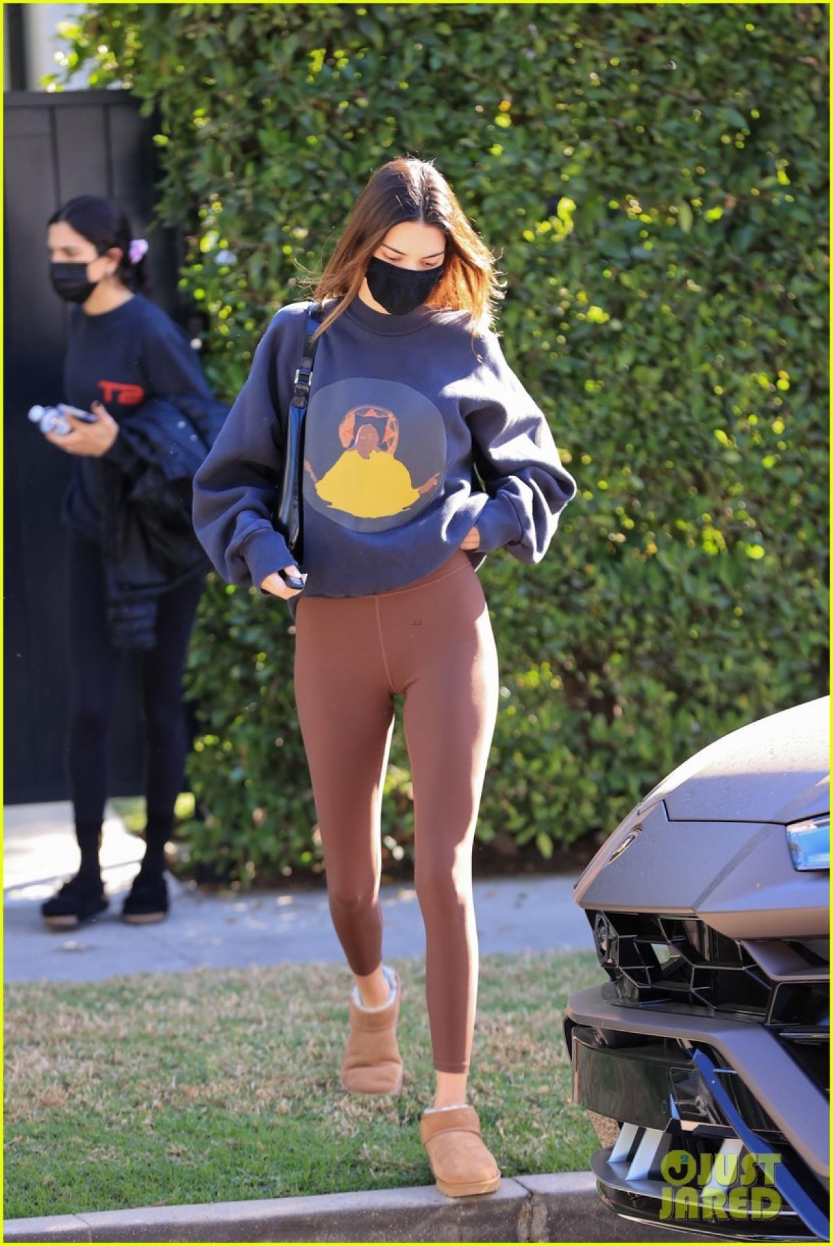 Em gái Kim Kardashian diện áo nỉ và quần legging khỏe khoắn ra phố.