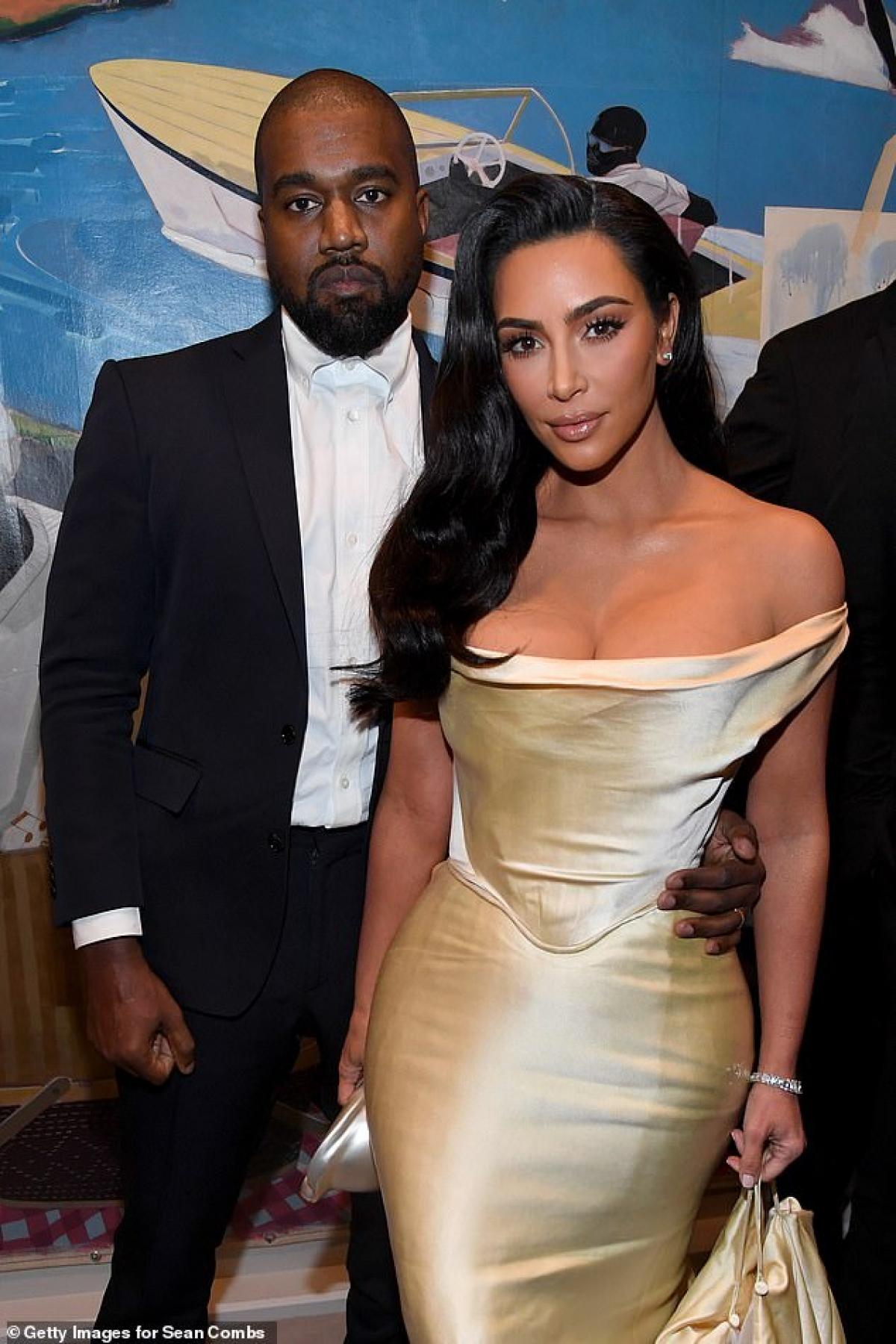 """""""Kim đã thuê luật sư Laura Wasser, luật sư ly hôn từng đại diện cho Angelina Jolie, Heidi Klum và cả chính Kim trong cuộc ly hôn năm 2011. Họ đang đàm phán dàn xếp"""". Tờ này cũng cho biết Kim và Kanye đã sống ly thân trong năm qua. Hiện nam rapper đã ở trang trại trị giá 14 triệu USD tại Wyoming."""