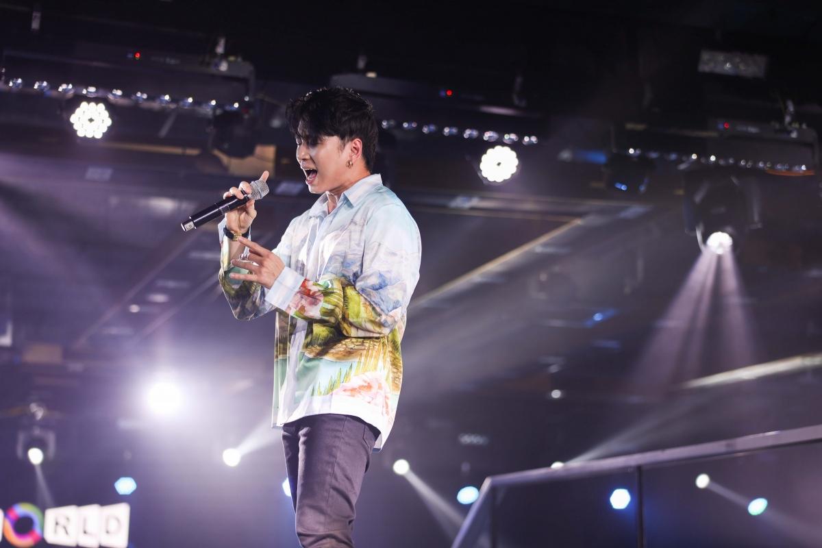 """Chàng rapper còn chiều lòng người hâm mộ khi trình diễn hit """"Người lạ ơi""""."""