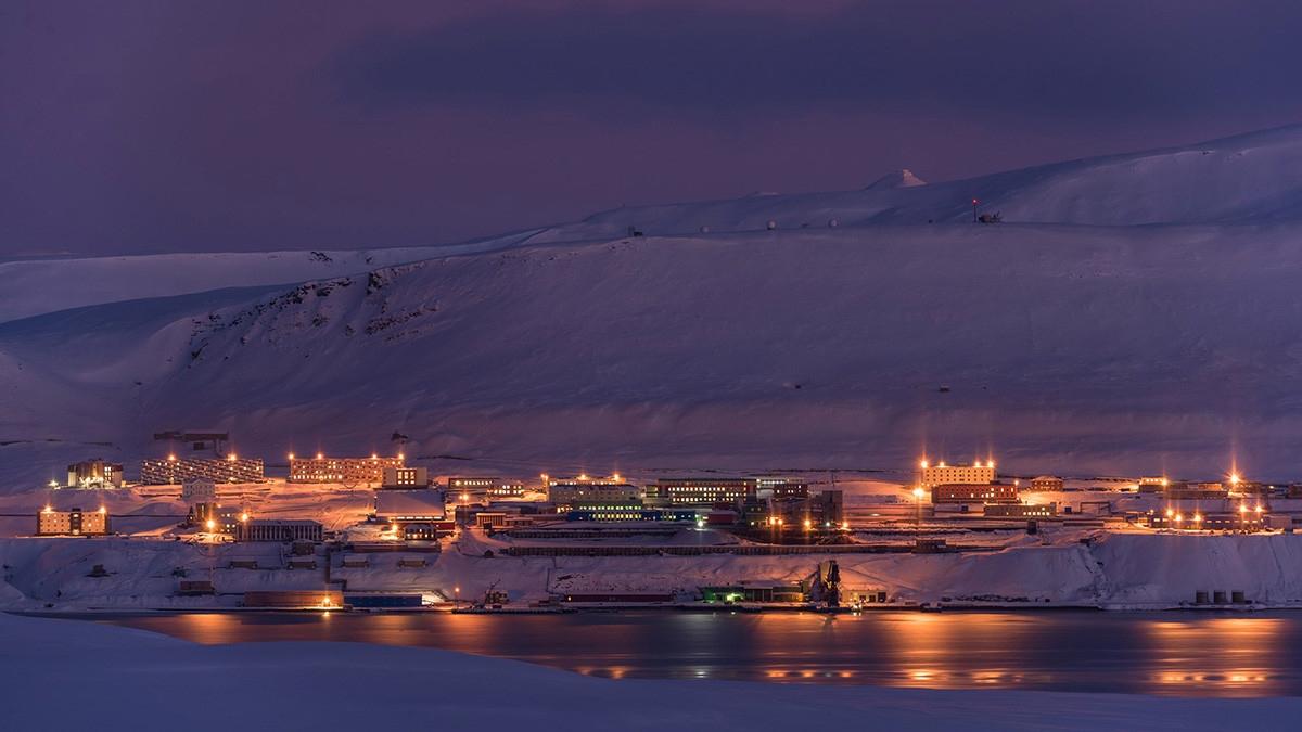 Khu định cư của Nga ở vùng Bắc cực của Na Uy sáng đèn về đêm. Ảnh: Dmitry Dexheimer.