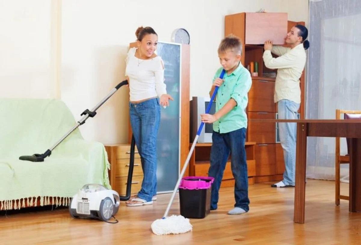 """Giao việc nhà: Làm việc nhà là một cách tuyệt vời giúp trẻ đốt cháy calo. Bạn nên giao cho trẻ rửa bát, quét nhà, lau nhà hay dọn dẹp phòng của chính các em. Bạn cũng có thể """"treo thưởng"""" cho trẻ nếu làm tốt để tạo động lực cho các em."""