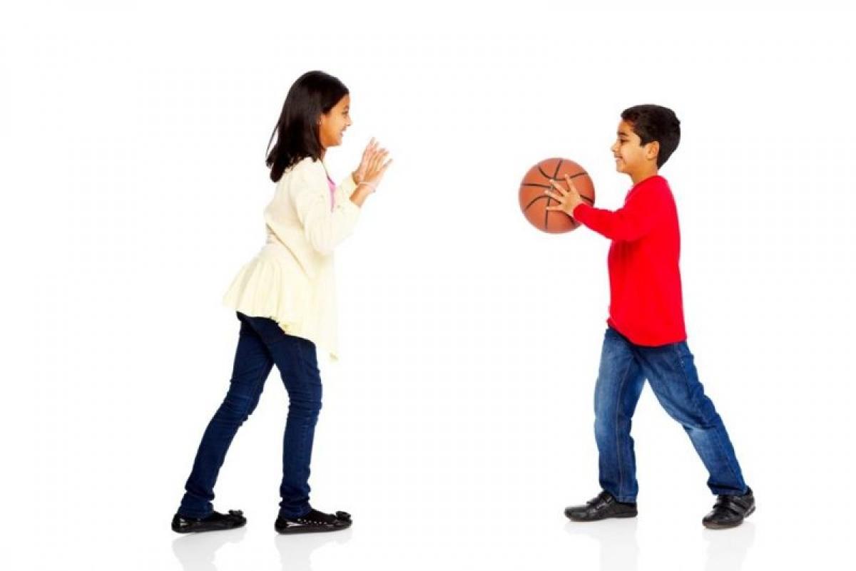 Khuyến khích trẻ vận động: Nếu con em bạn cả ngày chỉ ở trong nhà xem TV hay chơi game trên điện thoại, đã đến lúc bạn khuyến khích các em vận động nhiều hơn. Bạn có thể bắt đầu bằng cách cùng các em đi bộ hoặc chơi các môn thể thao phù hợp với các em.