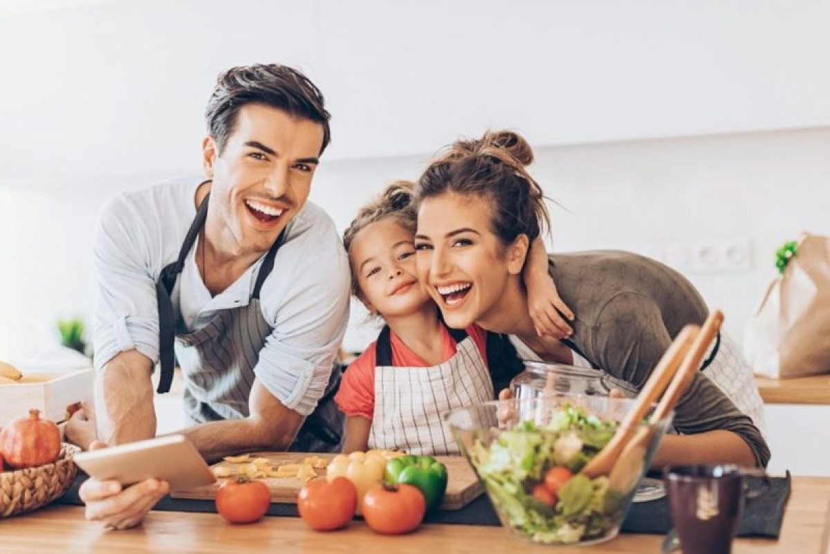 Làm gương cho trẻ: Con cái chính là bản sao của cha mẹ. Do đó, muốn các em có một lối sống lành mạnh thì bạn phải là người làm gương cho các em trong việc ăn uống cũng như vận động.