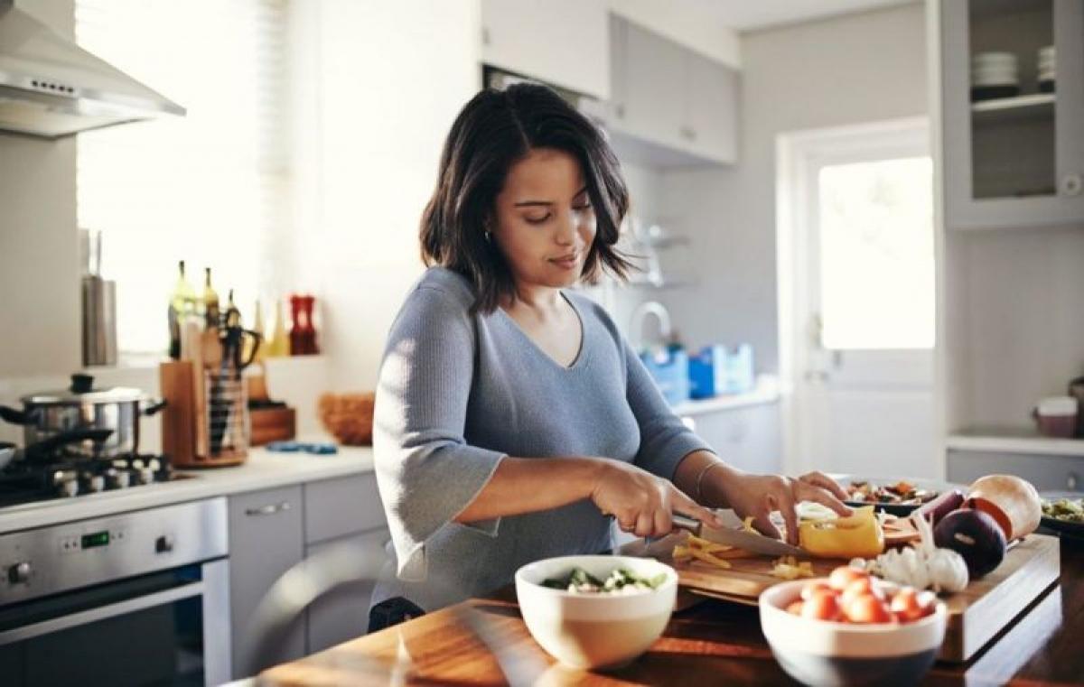 Nấu ăn tại nhà: Vào những ngày bận bịu, nhiều người thường chọn đặt đồ ăn ngoài để tiết kiệm thời gian. Tuy nhiên, thường xuyên ăn đồ làm sẵn cũng có thể là nguyên nhân khiến trẻ tăng cân không lành mạnh. Hãy cố gắng dành thời gian nấu ăn tại nhà để đảm bảo chất lượng và hương vị của bữa ăn tốt nhất.