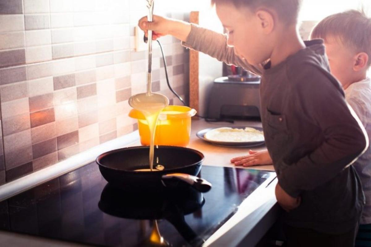 Dạy trẻ nấu ăn: Để con trẻ tham gia nấu ăn là một cách hay giúp các em kiểm soát cân nặng, bởi trẻ sẽ có động lực từ cảm giác thỏa mãn sau khi tự nấu một bữa ăn mà mọi người đều thích.