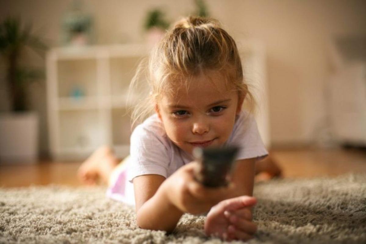 Giới hạn thời gian xem TV: Xem TV và chơi game điện tử là sở thích của nhiều trẻ em thời đại công nghệ. Tuy nhiên, dành quá nhiều thời gian trước màn hình TV hay máy tính sẽ khiến trẻ trì trệ, lười vận động. Do đó, bạn nên đặt một mức giới hạn thời gian trẻ có thể sử dụng các thiết bị công nghệ.