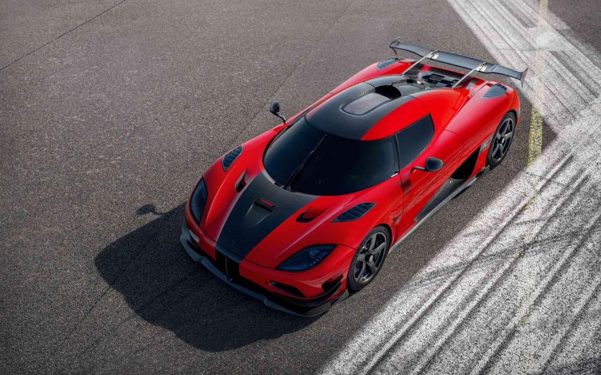 """Chiếc Agera RS này là chiếc duy nhất trong tổng số 25 xe mang trên mình màu sơn Chilli Red (đỏ) với các chi tiết tạo điểm nhấn bằng sợi carbon, bao gồm cả bộ mâm xe. Xe hiện thuộc sở hữu của một người chơi xe có tiếng tại Singapore. """"Đảo quốc sư tử"""" có đến hai chiếc Koenigsegg Agera RS, chiếc còn lại có ngoại thất carbon để trần cùng các chi tiết điểm nhấn màu đỏ."""