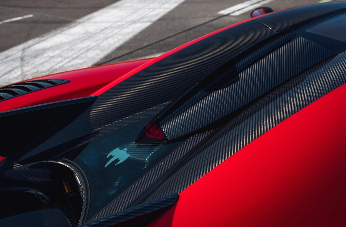 Chưa dừng lại ở ngoại thất, nội thất của xe cũng được nâng cấp nhẹ. Thay vì bọc lại da hay ốp thêm sợi carbon, chủ nhân của xe đã lựa chọn nâng cấp bộ màn hình hiển thị thông tin. Loại màn hình được hãng sử dụng là loại được trang bị trên Koenigsegg Regera, được gọi là SmartCluster. Đồng hồ dạng điện tử này hiển thị tất cả mọi thông tin cần thiết của xe, bao gồm thông báo và chỉ đường.