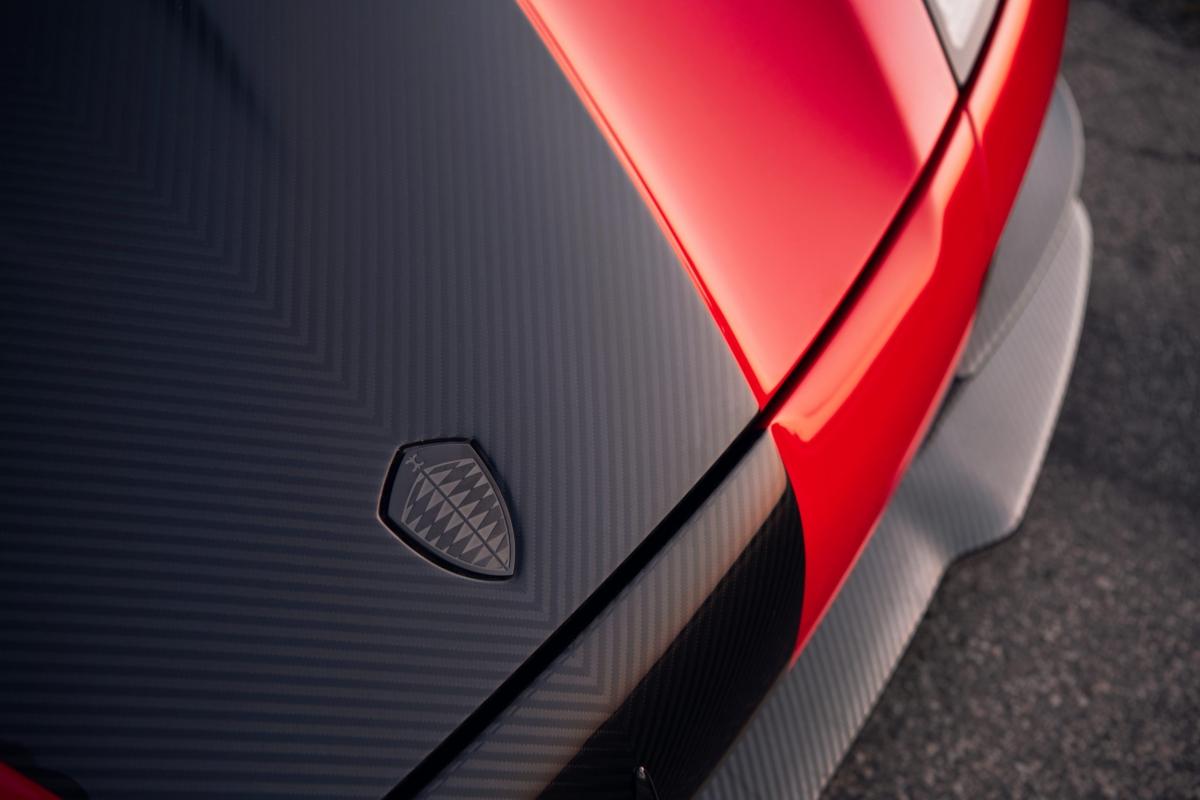 Ở phía sau, một hốc gió được thêm vào với phần cánh gió theo kiểu vây cá mập được hãng trau chuốt đặt trên. Bộ cánh gió cỡ lớn của xe được nâng cấp bằng việc gắn nó lên mui xe và điều khiển điện tử. Trước đây, bộ cánh gió tiêu chuẩn của Agera RS được kích hoạt bằng lò xo khi không khí tác động một lực nhất định lên nó. Một số các chi tiết như logo trước và chụp ống xả được mạ crom tối màu, tạo cho chiếc xe vẻ hầm hố.