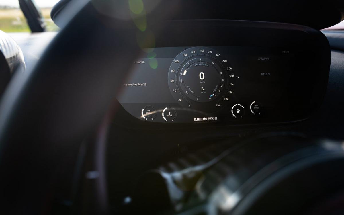 """Koenigsegg trang bị cho Agera RS khối động cơ V8 tăng áp kép, dung tích 5.0 lít quen thuộc của hãng. Tiêu chuẩn, động cơ này trên Agera RS có thể tạo ra công suất 1.160 mã lực và lên đến 1.360 mã lực nếu được trang bị thêm gói """"1-megawatt"""". Sức mạnh này được truyền đến bánh sau thông qua hộp số ly hợp kép 7 cấp, nhờ đó, xe RS có khả năng tăng tốc 0 – 100 km/h trong 2,8 giây và đạt vận tốc tối đa 447,19 km/h./."""