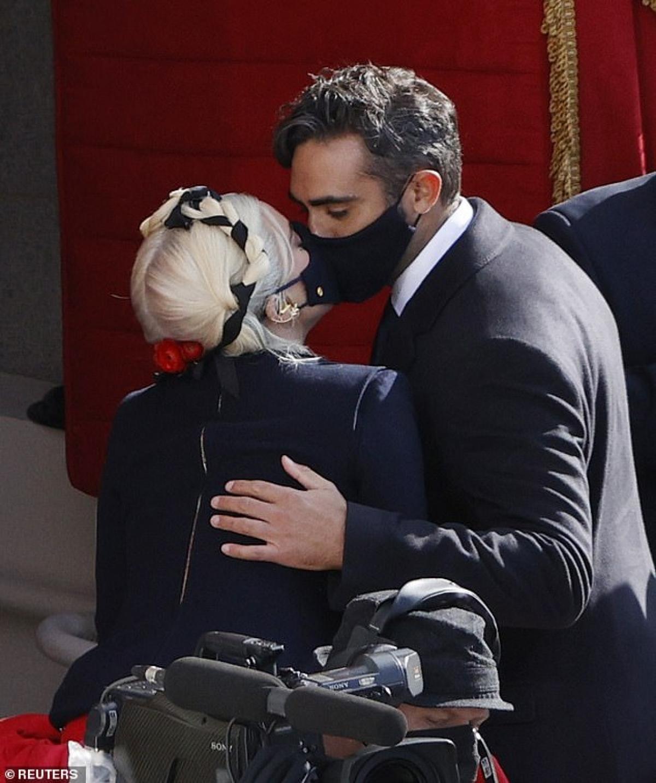 Cặp đôi trao cho nhau nụ hôn ngọt ngào tại sự kiện.