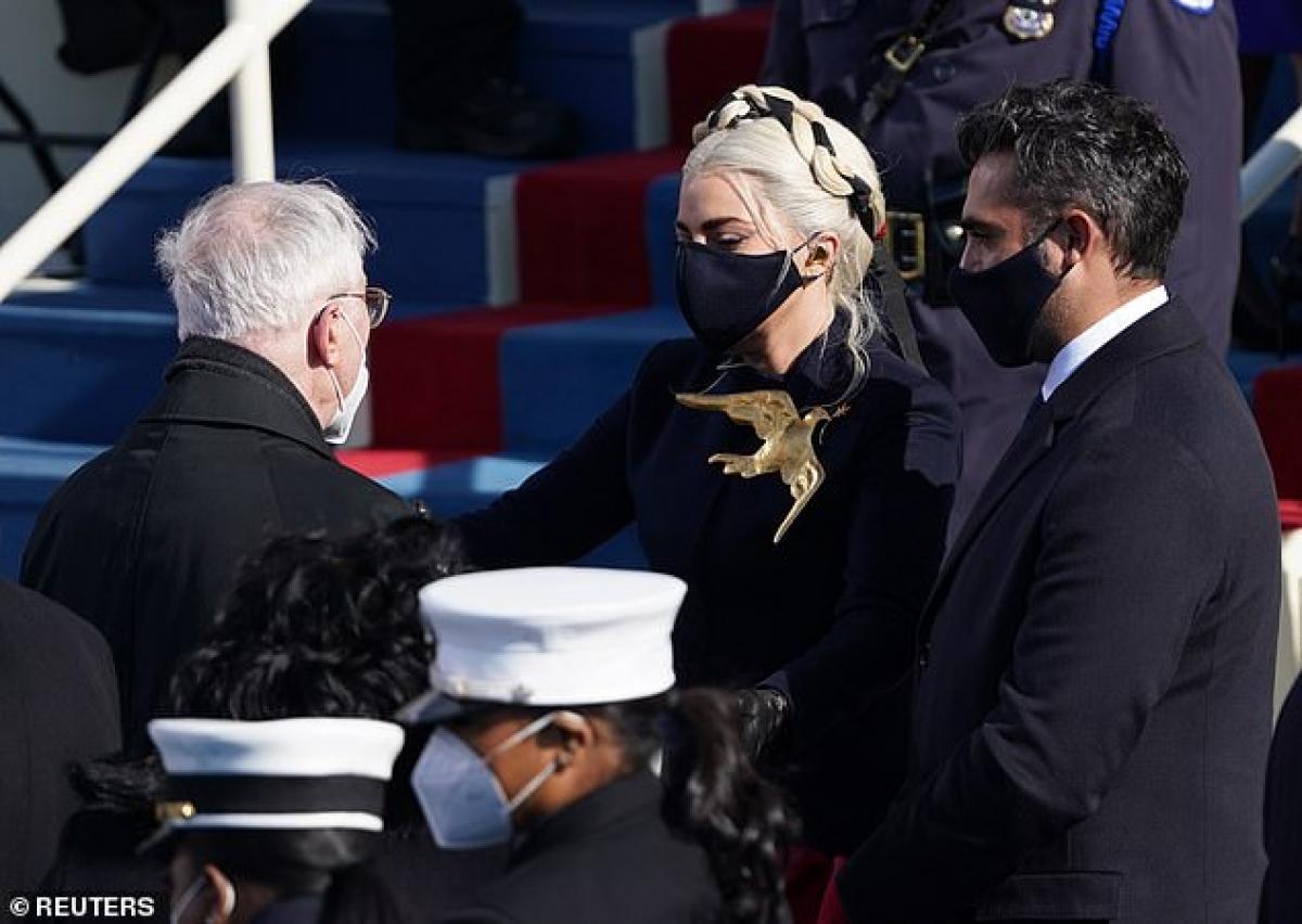 Nữ ca sĩ đeo huy hiệu hình chim bồ câu, biểu tượng hòa bình, trên ngực áo tại lễ nhậm chức Tổng thống.