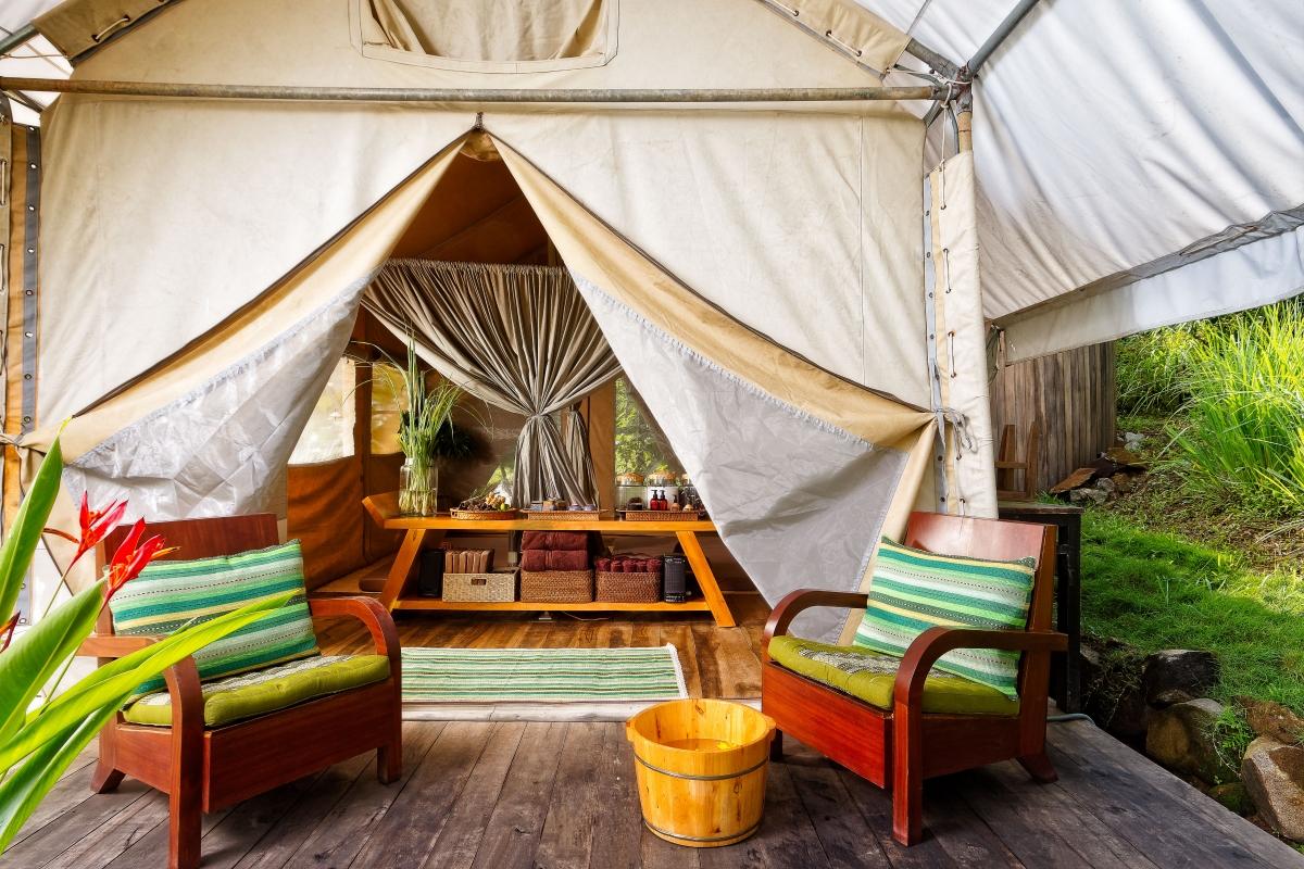 Nằm trên Hồ Lak bao phủ bởi các cánh rừng nguyên sinh ở thành phố Buôn Mê Thuột, Lak Tented Camp cung cấp chỗ ở kiểu lều xinh đẹp cho một trải nghiệm thanh bình, an nhiên giữa Tây Nguyên đại ngàn.
