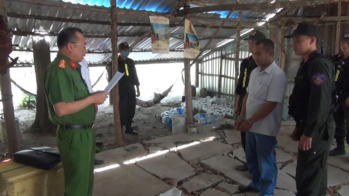 Đại diện Cơ quan Cảnh sát điều tra Công an tỉnh Kiên Giang đọc lệnh bắt tạm giam đối với Nguyễn Văn Em