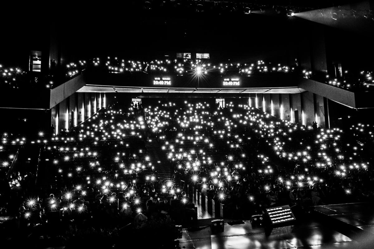 Khán phòng lung linh trong ánh đèn flash của khán giả hoà cùng tiếng hát của các nghệ sĩ ở tiết mục cuối cùng.